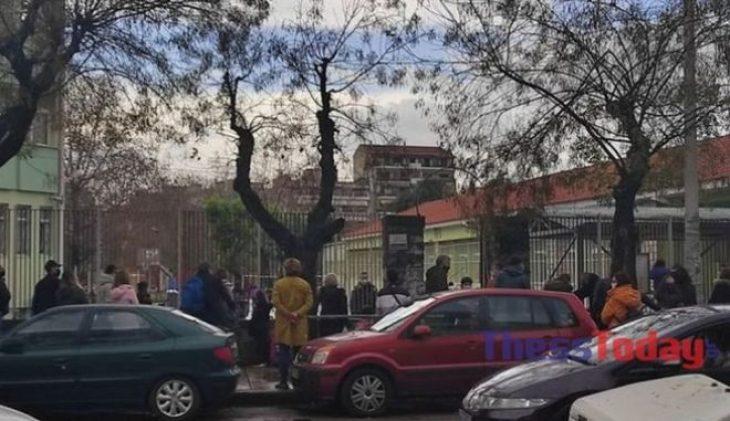 Θεσσαλονίκη σχολεία: Συνωστισμός γονέων έξω από σχολείο της πόλης