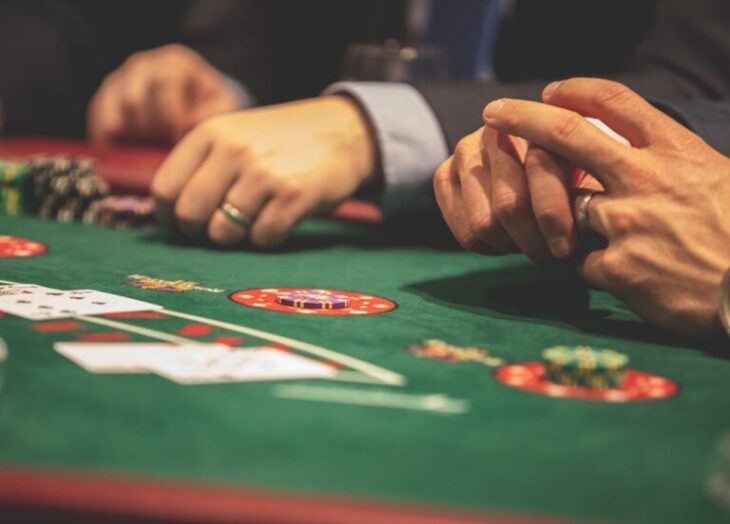 Κρήτη καραντίνα: Σοκ με 20 άτομα που έπαιζαν χαρτιά σε βίλα