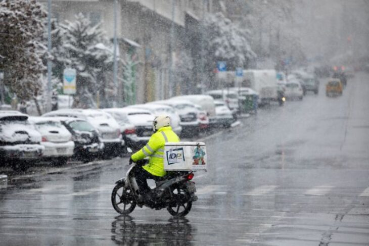 Κακοκαιρία στην Αθήνα: Βίντεο με διανομέα που πασχίζει στο χιονιά