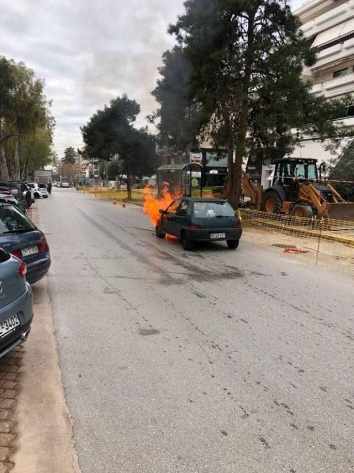 Γλυφάδα ατύχημα: Αυτοκίνητο έπιασε φωτιά στην οδό Λαμπράκη