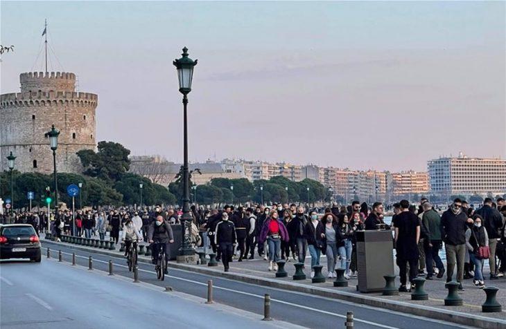 Θεσσαλονίκη σοκ: Τεράστιος συνωστισμός χθες βράδυ στη Μητροπόλεως – Χαμός στην παραλία το απόγευμα