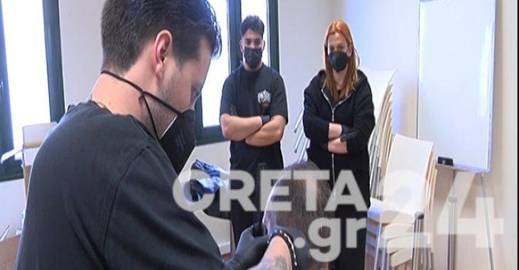 Κρήτη: Κομμωτές κουρεύουν δωρεάν αστέγους και έχοντες προβλήματα