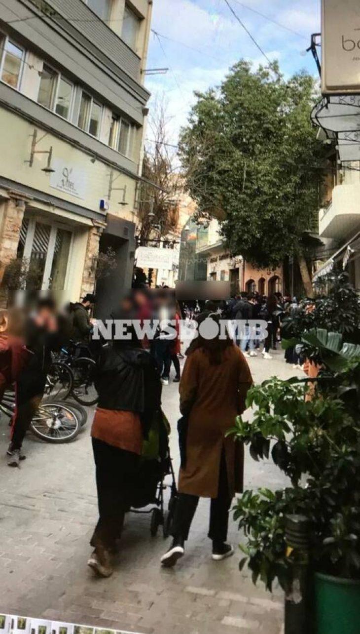 Ψυρρή: 150 άτομα συνωστίστηκαν και έπιναν ποτά στην οδό Τάκη