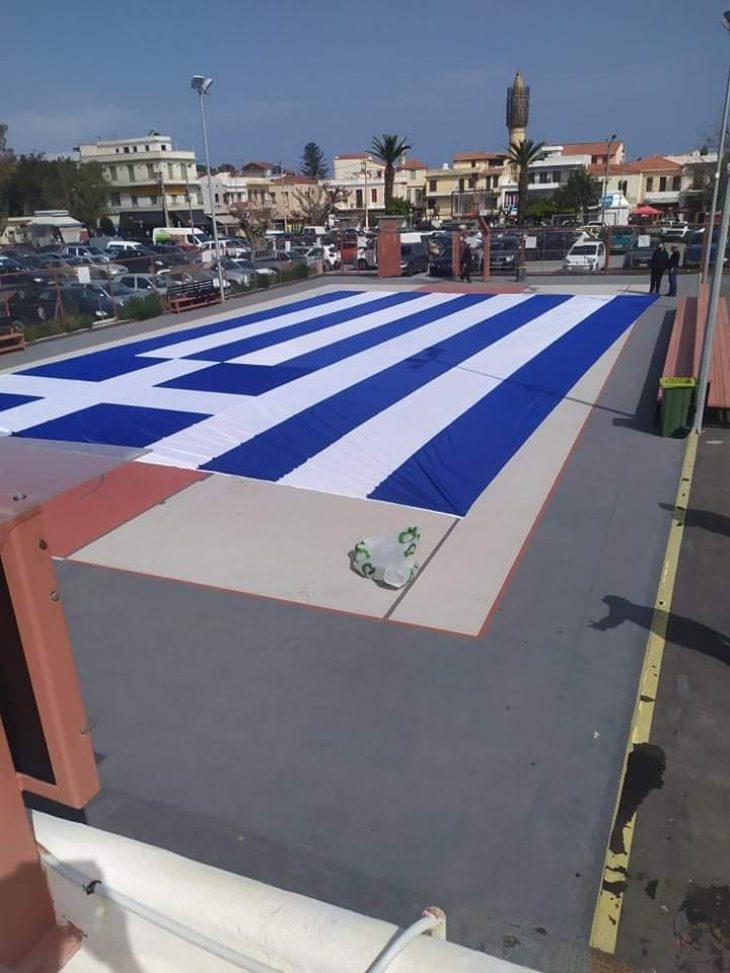 Ρέθυμνο: Τεράστια ελληνική σημαία έφτιαξαν οι Ρεθυμνιώτες