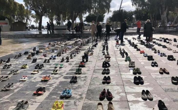 Ηράκλειο Κρήτης: Γιατί γέμισε παπούτσια η Πλατεία Ελευθερίας