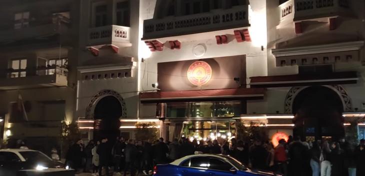 Θεσσαλονίκη: Απίστευτος συνωστισμός για ποτό στο χέρι σε μαγαζί