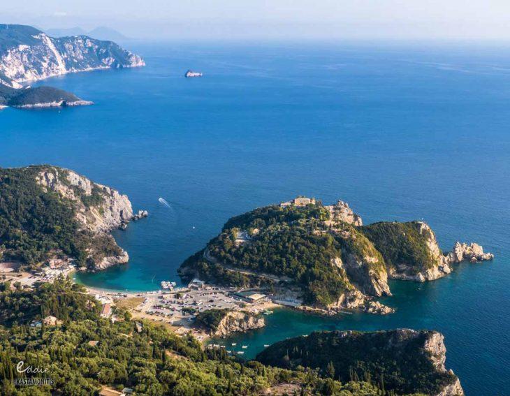 Ελληνική Ίμπιζα: Δάση με πεύκα, τιρκουάζ κρυστάλλινα νερά, φτηνή διαμονή και δωρεάν είσοδος στις παραλίες