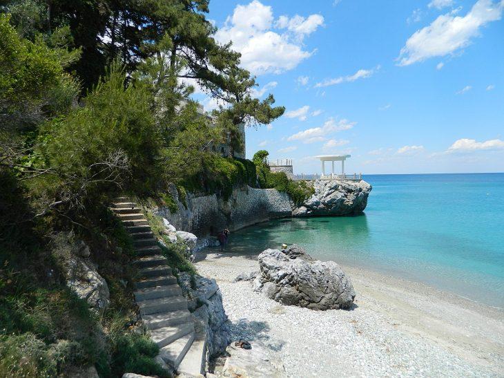 Μικρή Πάρος: Κρυστάλλινα νερά, φτηνές ταβέρνες, δωρεάν είσοδος σε 3,5 ώρες από την Αθήνα