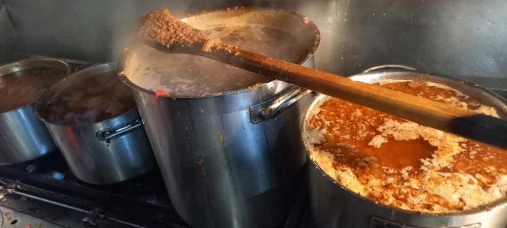 Ιδιοκτήτης ταβέρνας μαγειρεύει δωρεάν 630 μερίδες φαγητού κάθε μέρα