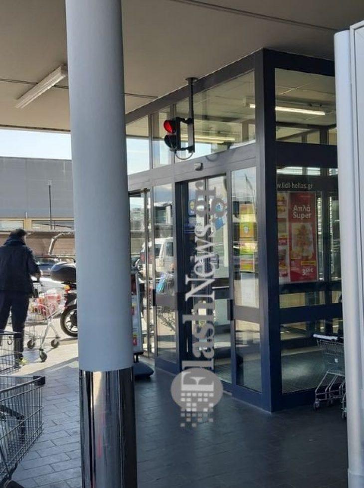 Χανιά: Σουπερμάρκετ έβαλε φανάρι στην είσοδο του καταστήματος