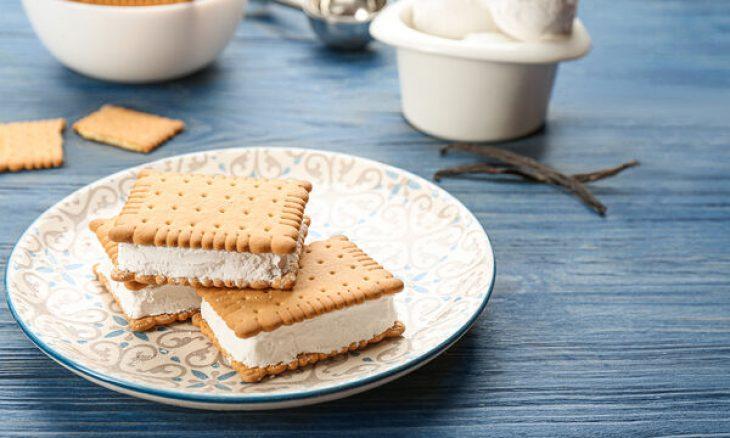 Παγωτό σάντουιτς του Άκη: Το πιο εύκολο και γρήγορο παγωτό σάντουιτς