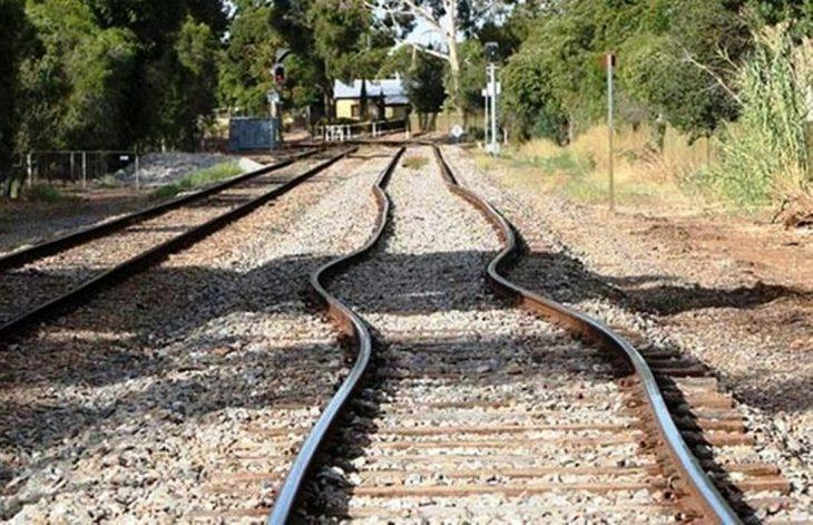 Σοκ στον Βόλο: Άνδρας ξάπλωσε στις γραμμές να τον πατήσει το τρένο