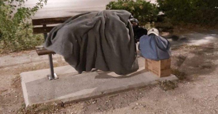 Ζευγάρι αστέγων Ελλήνων ζουν σε παγκάκι στην Μαρίνα Γλυφάδας
