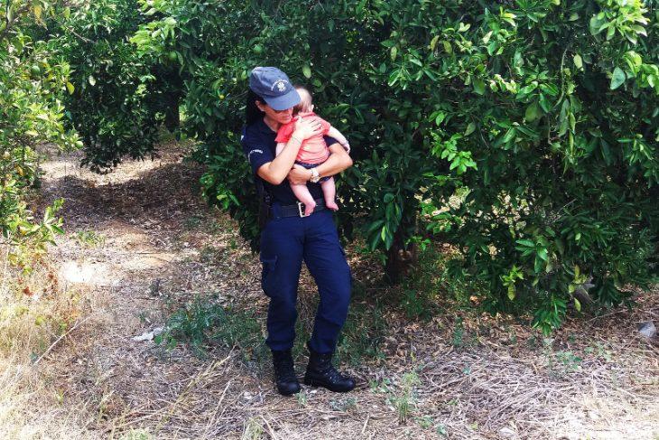 Γυναίκα αστυνομικός στο Ναύπλιο ηρεμεί στην αγκαλιά της μωρό μετά από τροχαίο