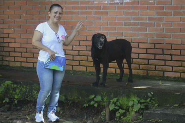 Negro: Ο σκύλος που αγοράζει κουλουράκια με φύλλα δέντρου