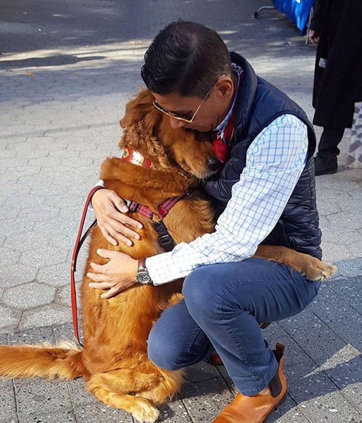 Αγκαλίτσας σκύλος δίνει αγάπη στους περαστικούς με αγκαλιές και τρελαίνει το διαδίκτυο