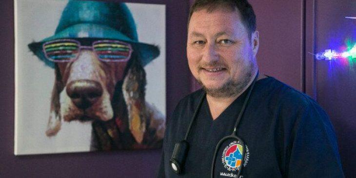 Ιωάννης Μπατσάς: Ο Έλληνας γιατρός που χαρίζει καθημερινά τη ζωή του στα αδέσποτα