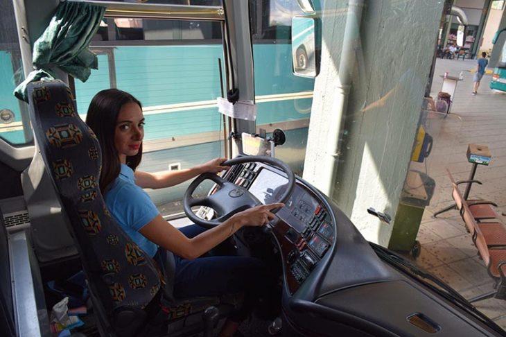 Γυναίκα οδηγός ΚΤΕΛ: Μία νέα, όμορφη γυναίκα είναι οδηγός λεωφορείου στα ΚΤΕΛ Λάρισας