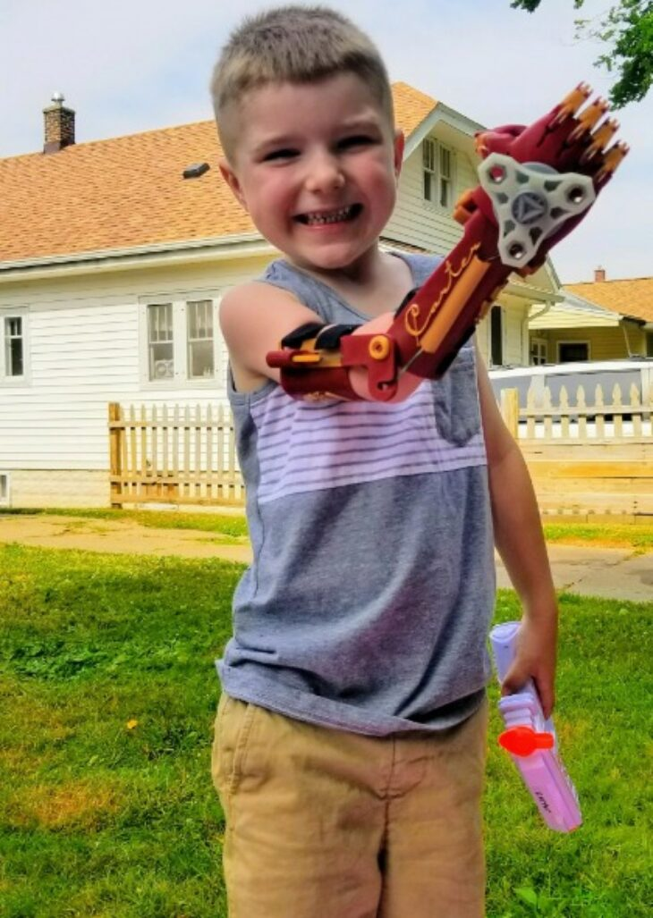 Σούπερ μπαμπάς φτιάχνει μηχανικά χέρια δωρεάν για τα παιδιά