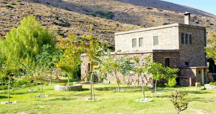 Ελένη Μενεγάκη: Το σπίτι παλάτι στην Άνδρο, η παραμυθένια αυλή και η πανέμορφη φάρμα της