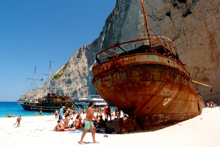 """Το Ναυάγιο: Η αληθινή ιστορία του πλοίου """"Παναγιώτης"""", στην ομορφότερη παραλία της Ελλάδας"""