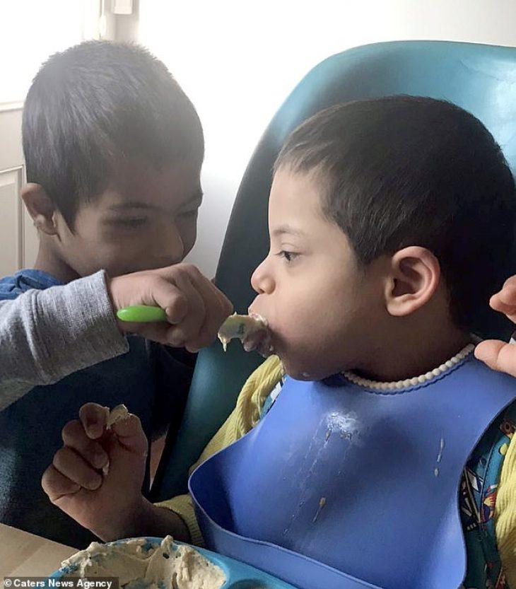 Παιδί με Σύνδρομο Down: Φροντίζει τα τρία ανάπηρα αδέρφια του
