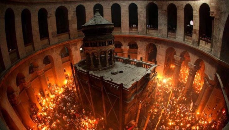 Αφή Αγίου Φωτός: Η ανατριχιαστική στιγμή από τον Πανάγιο Τάφο