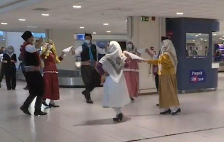 Χορεύουν οι Ροδίτες επειδή ήρθαν οι τουρίστες – Θερμή υποδοχή στο αεροδρόμιο