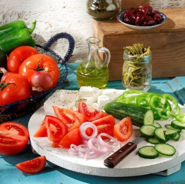 Χωριάτικη σαλάτα: Έρευνα για το πόσο είναι επικίνδυνο να συνδυάζουμε αγγούρι και ντομάτα