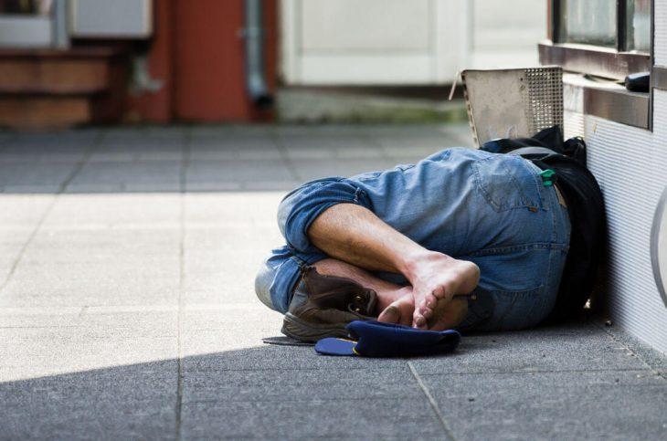 Άστεγος άντρας: Πλούτισε και προσλαμβάνει άστεγους