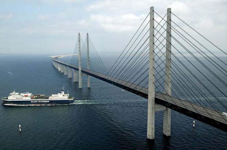 Θαύμα της μηχανικής: Η γέφυρα που μετατρέπεται σε τούνελ και συνδέει τη Σουηδία με τη Δανία