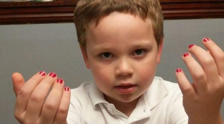 Εξομολόγηση μητέρας: Ενθαρρύνω τους γιους μου, να βάφουν τα νύχια τους