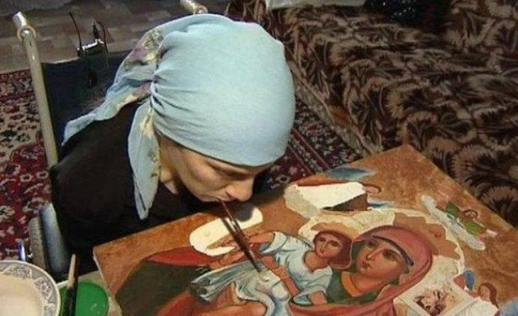 Γυναίκα χωρίς χέρια ζωγραφίζει αγιογραφίες με το στόμα