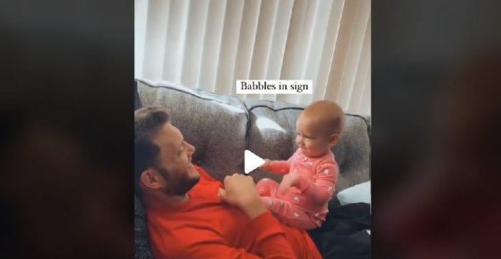 Νοηματική γλώσσα: Μπέμπα μιλάει στον κωφό μπαμπά της