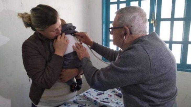 92χρονος παιδίατρος: Επισκέφτεται φτωχά παιδιά δωρεάν