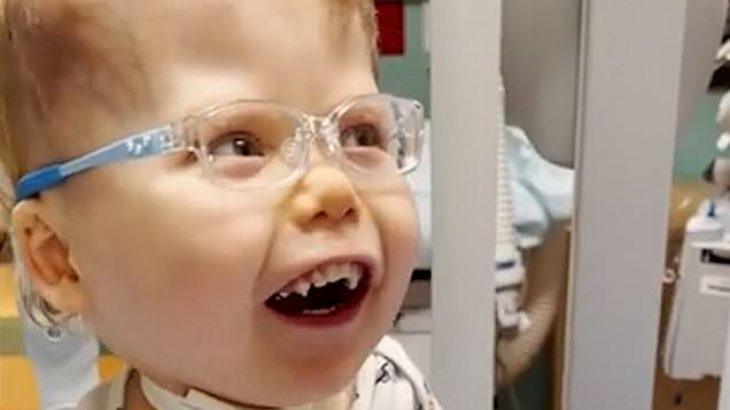 Αγοράκι με περιορισμένη όραση βλέπει για πρώτη φορά τους γονείς του
