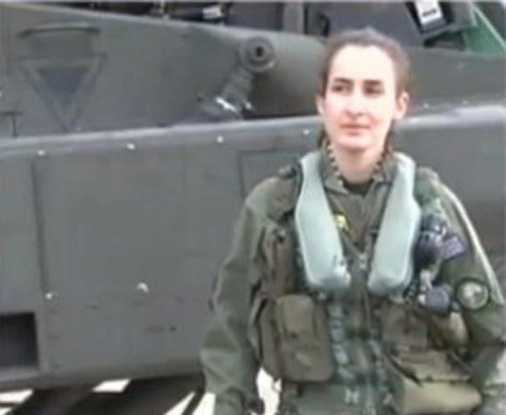 Χειριστής Απάτσι: Η 25χρονη Αθηνά έγινε η πρώτη γυναίκα