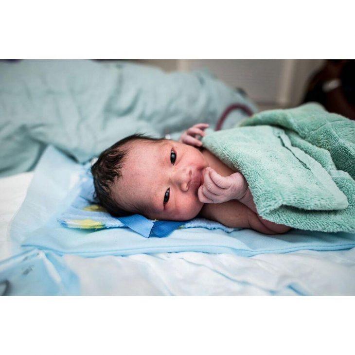 Νεογέννητο μωρό: Γεννήθηκε γεμάτο μαλλιά και με μεγάλο χαμόγελο