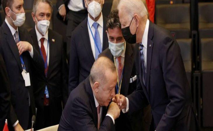 Ερντογάν: «Φίλησε το χέρι» του Μπάιντεν και έγινε viral