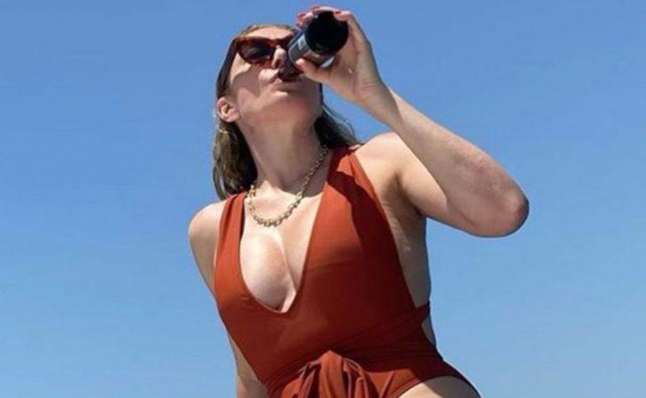 Τατιάνα Στεφανίδου: Ποζάρει με το μαγιό της, πίνοντας μπύρα πάνω στο γιοτ της