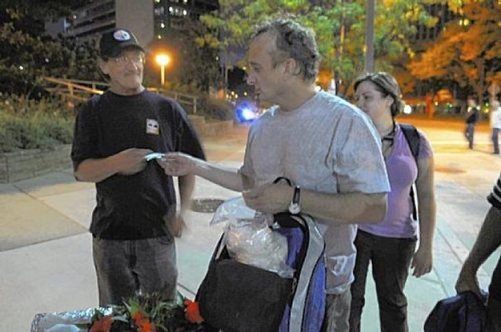 Γιατρός αστέγων: Βγαίνει στους δρόμους για να βοηθήσει τους άστεγους