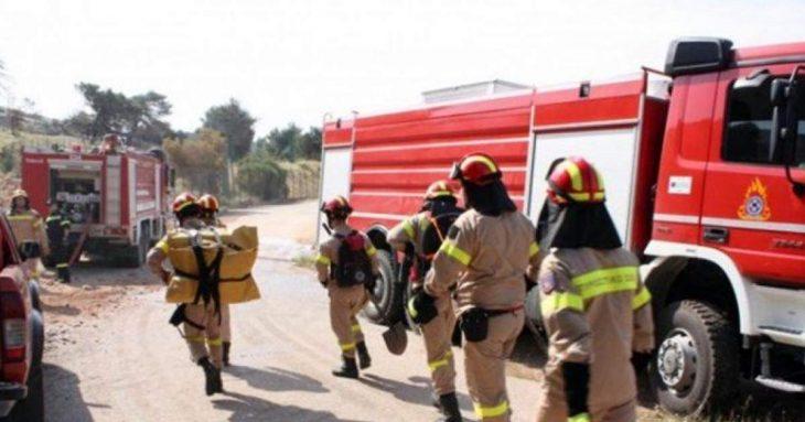 Γλυφάδα: Διοργάνωσαν beach party, βάλαν φωτιά σε ομπρέλες και πέταξαν πέτρες στους πυροσβέστες