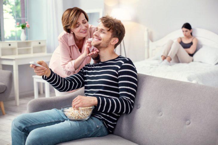 Αληθινή Ιστορία: Θέλει να μείνει με τη μητέρα του και μετά το γάμο.