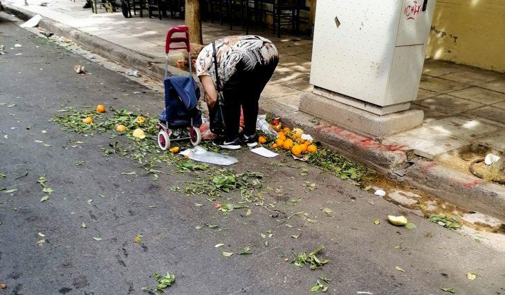 Ελλάς 2021: Έλληνες ψάχνουν στα σκουπίδια