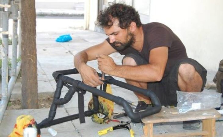 Βασίλης Τζιγκούρας: Ο Έλληνας υδραυλικός που βοηθάει ανάπηρα ζωάκια να περπατήσουν ξανά