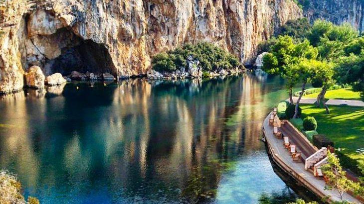 Λίμνη Βουλιαγμένης: Το σπήλαιο που έχει καταπιεί 8 δύτες με τη μεγαλύτερη φυσική υπόγεια σήραγγα στον κόσμο