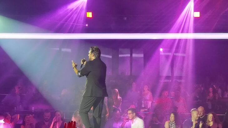 Πάνος Κιάμος: «Ξεσήκωσε» το κοινό του στην πρώτη του εμφάνιση στο Posidonio Music Hall