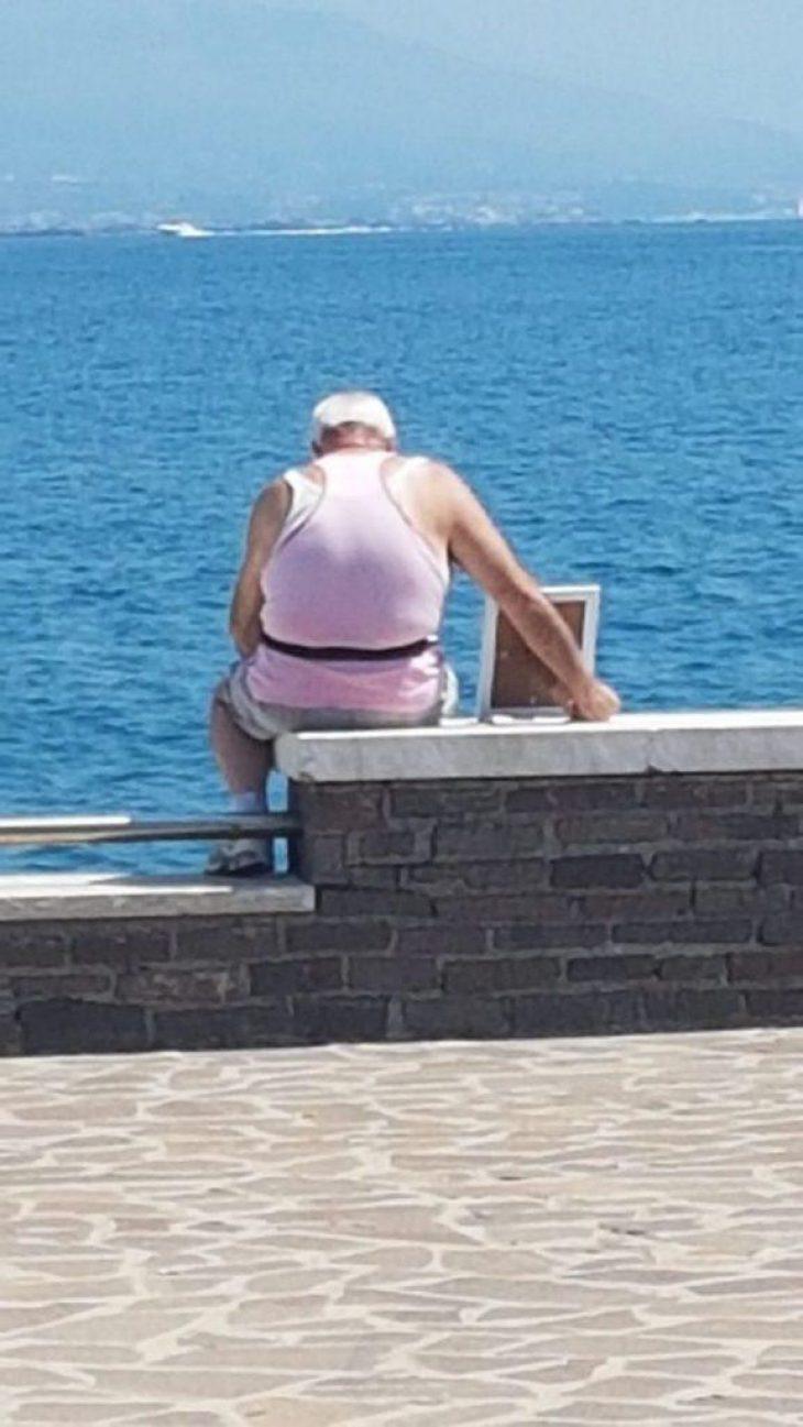 Αληθινή αγάπη: Άντρας κάθεται κάθε πρωί στη θάλασσα με τη κορνίζα της νεκρής γυναίκας του
