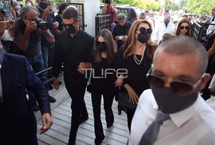 Κηδεία Τόλη Βοσκόπουλου: Συντετριμμένες η κόρη του Μαρία Βοσκοπούλου και η Άντζελα Γκερέκου
