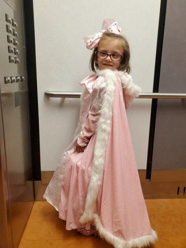 5χρονη: Με όγκο στον εγκέφαλο ντύνεται σαν πριγκίπισσα και πάει να κάνει χημειοθεραπεία